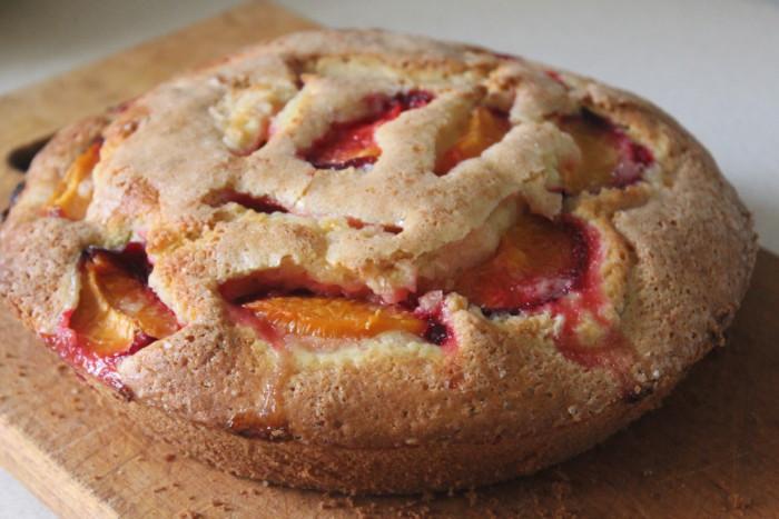 Заливний пиріг з абрикосами на кефірі – смачний і швидкий