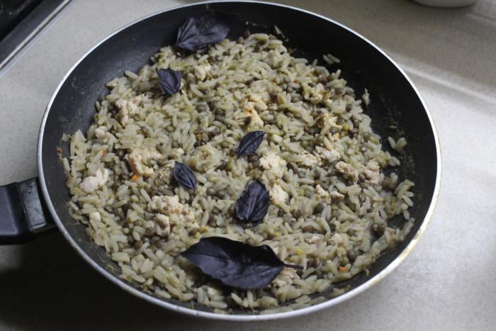 Курячий плов з сочевицею і рисом на сковороді – смачний і пікантний