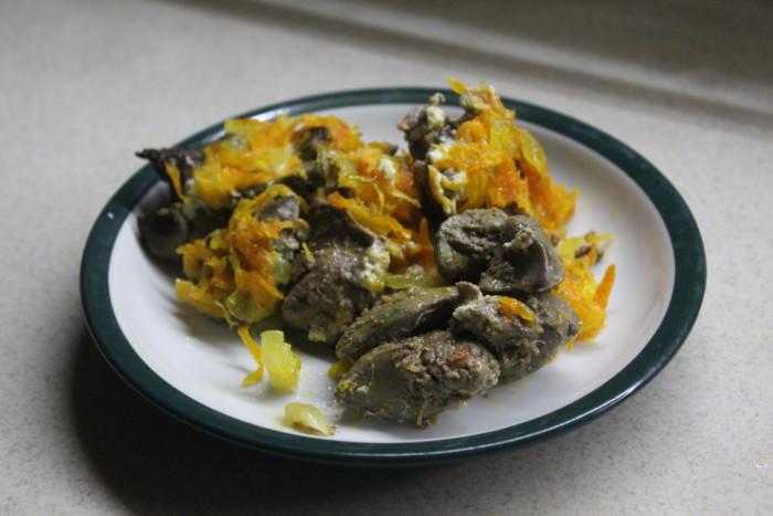 Куряча печінка по-царськи – запечена в духовці зі сметаною, цибулею і морквою