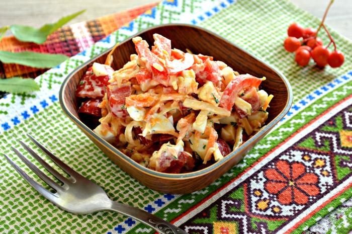 Салат з черрі та сиром, яйцем і корейською морквою – простий і смачний