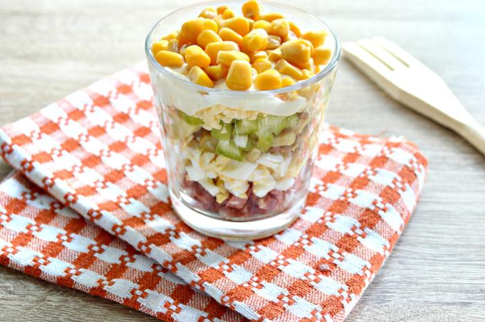 Слоєний салат з печерицями консервованими і сиром – простий і смачний