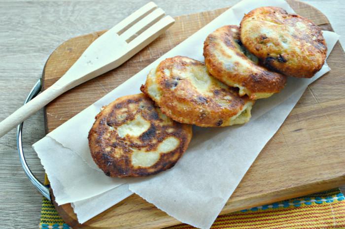 Ванільні сирники з родзинками на сковороді – пишні та смачні