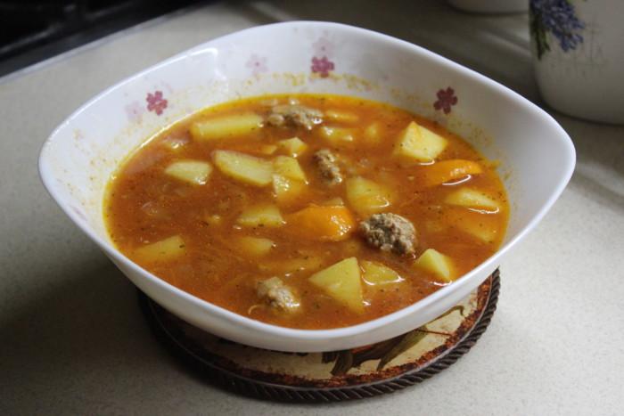 Томатний суп з фрикадельками і картоплею – перша страва угорської кухні