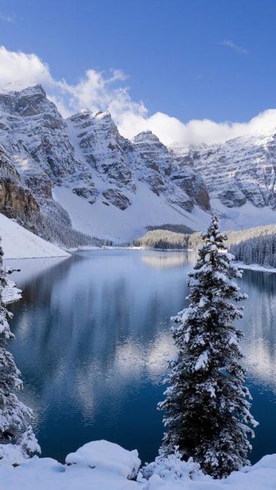 Зимова вертикальна фото-картинка на телефон - засніжені гори, озеро, ліс
