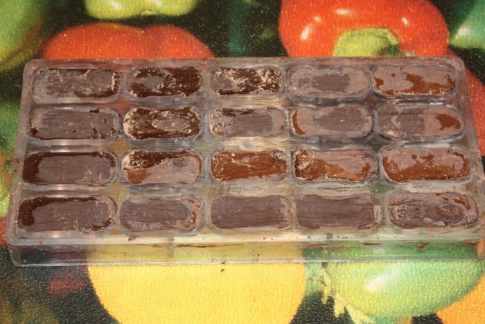 Корпусні шоколадні цукерки з двома начинками - полуничною і карамельної