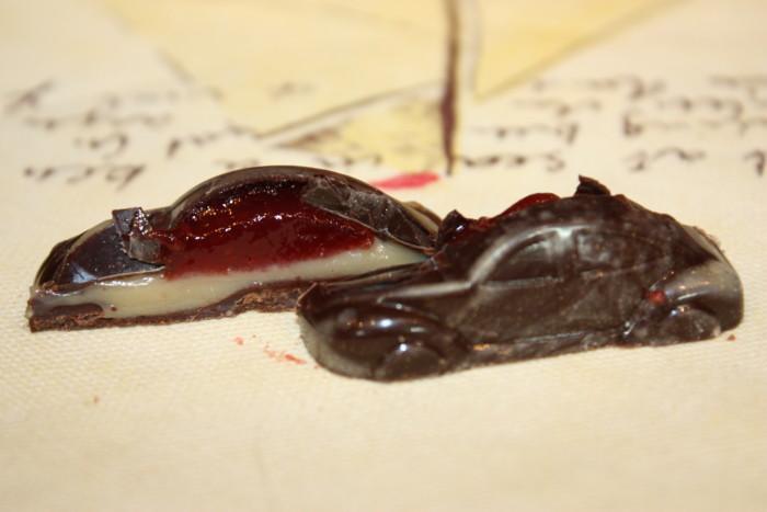 Домашні корпусні шоколадні цукерки з двома начинками - полуничною і карамельної