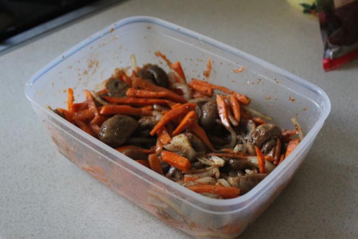 Мариновані печериці по-корейськи з морквою та цибулею