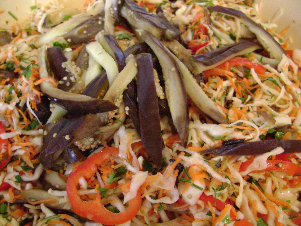 Маринований салат з баклажанів з капустою, морквою і часником