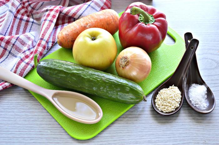Салат з насінням кунжуту і овочами