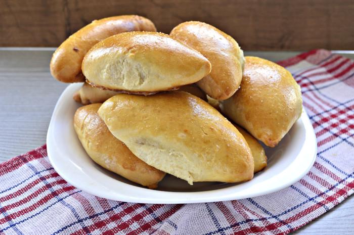 Дріжджові пиріжки з фаршем в духовці