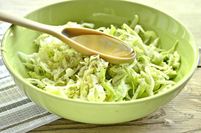 Салат з капусти і свіжих огірків з оцтом
