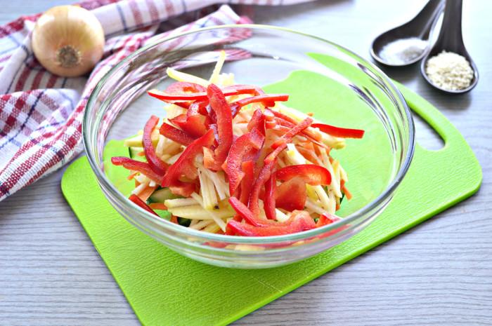 Свіжий овочевий салат з кунжутом