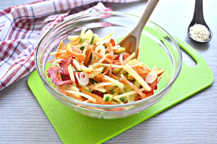 Вітамінний салат з кунжутом і огірком