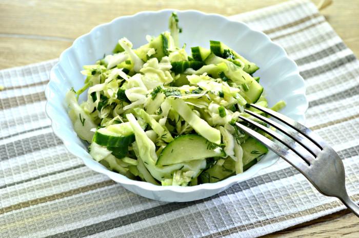 Салат зі свіжої капусти з огірком, оцтом і олією