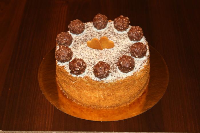 Шоколадний торт з желейної прошарком з груші, кремом і трюфелями