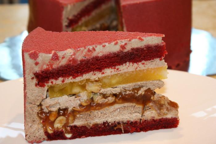 Муссово-бісквітний торт з різними начинками, покритий велюром і гляссажем