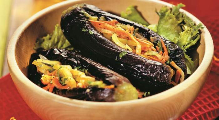 Баклажани фаршировані овочами
