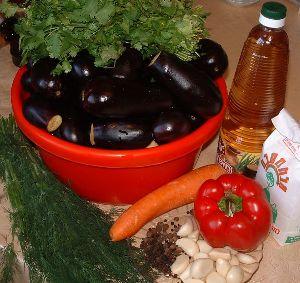 Мариновані баклажани фаршировані часником, морквою і перцем