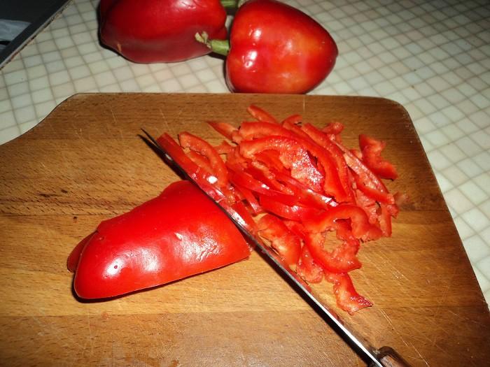 Болгарський перець нарізати соломкою