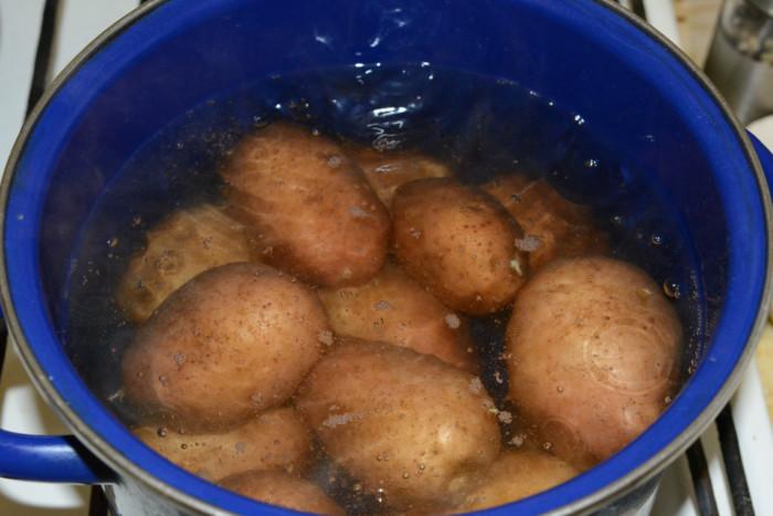 Варену картоплю в мундирі в каструлі