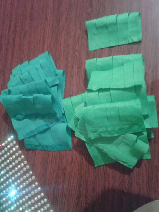 Об'ємна новорічна ялинка з гофрованого паперу своїми руками