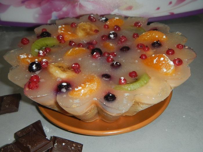 Желейний торт з фруктами на ніжному пісочному коржі