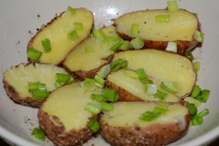 Як запекти картоплю в мікрохвильовці в мундирі цілою – швидко, просто та смачно