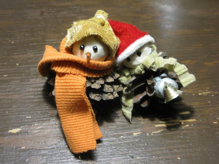 Новорічна саморобка сніговик з шишок