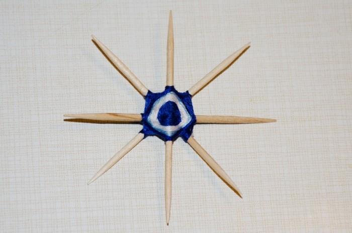 Об'ємна сніжинка з намистин і ниток