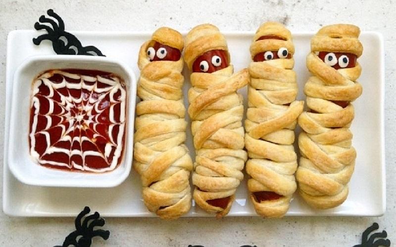 Сосиски в тісті Мумії – страшна закуска на Хелловін
