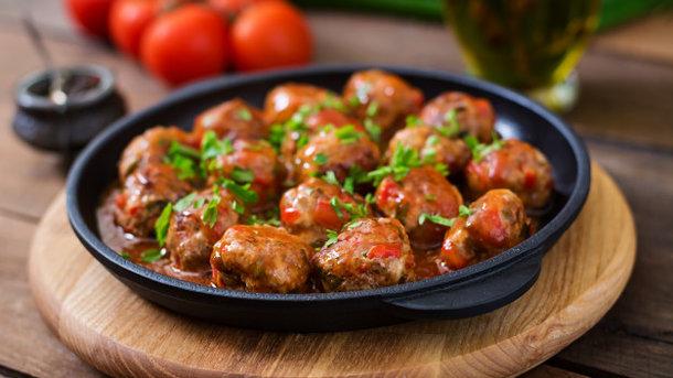 М'ясні боккончіні в соусі з помідорів – смачні м'ясні кульки з сиром