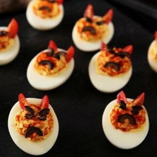 Фаршировані яйця на Хелловін - страшні закуски: Яєчні очі вампіра, Нашестя павуків та інші жахливо смачні страви з яєць