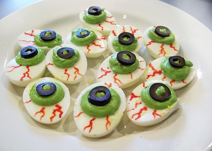 Фаршировані яйця на Хелловін – страшні закуски: Яєчні очі вампіра, Нашестя павуків та інші жахливо смачні страви з яєць