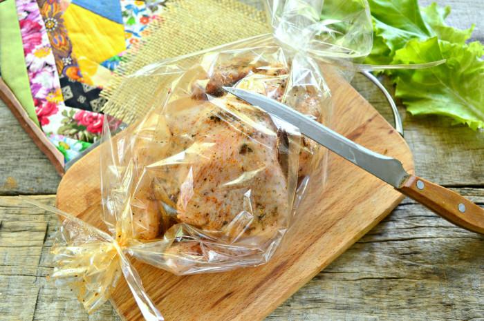 Курча запечений цілком в рукаві в духовці