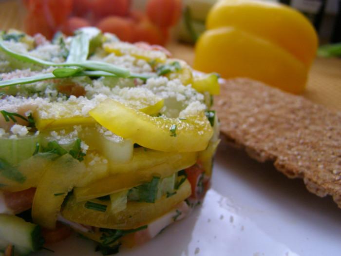 Швидкий і простий салат з салом і свіжими овочами
