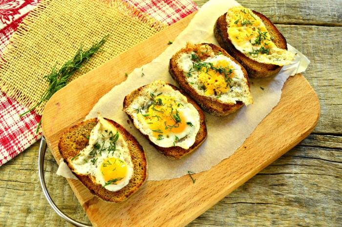 Хлібні тости з яйцем і зеленню