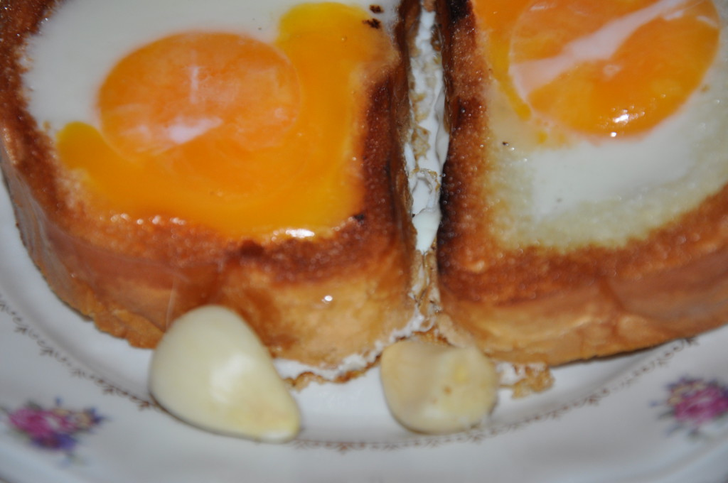 Незвичайна яєчня в булочці або батоні на сковороді