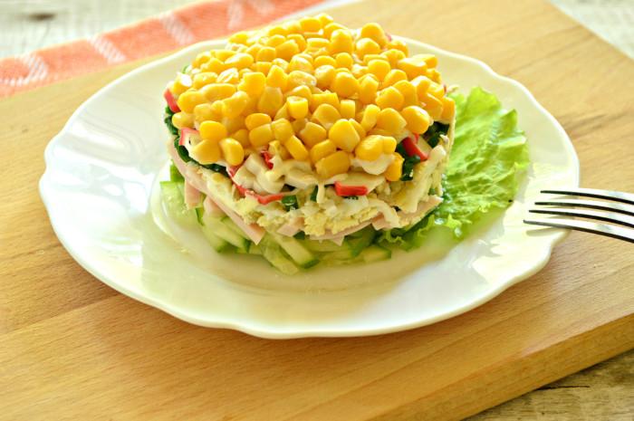 Cлоений салат з крабовими паличками, кукурудзою і шинкою в кільці