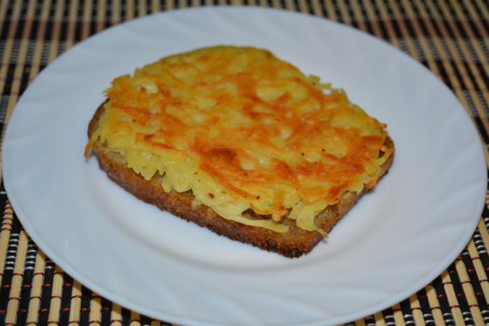 Гарячі бутерброди з картоплею на сковороді