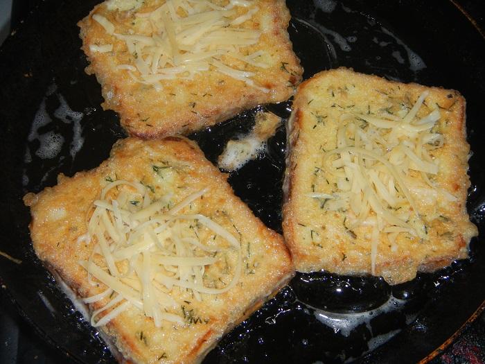 Грінки з хліба з яйцем на сковороді - смачні, солодкі та солоні