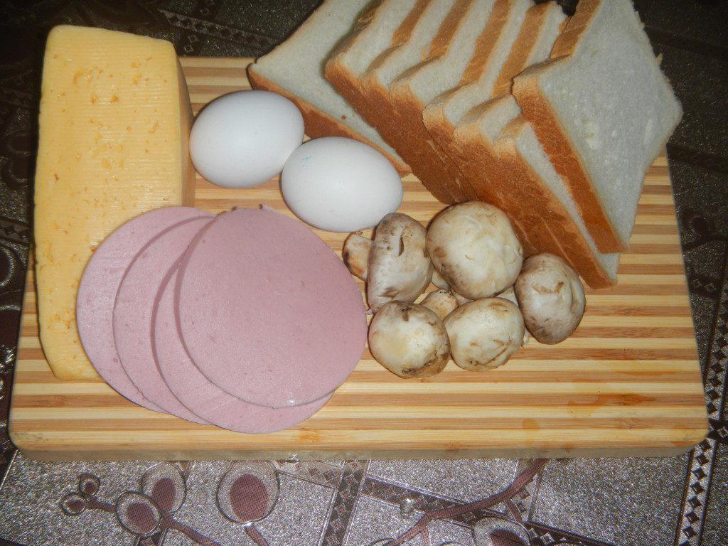Гарячі бутерброди з яйцем всмятку, ковбасою і грибами в духовці
