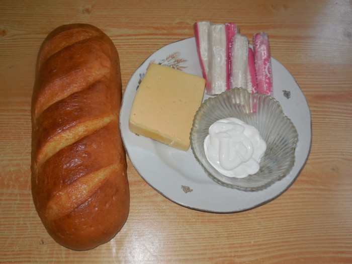 Гарячі бутерброди з крабовими паличками і сиром запечені в духовці