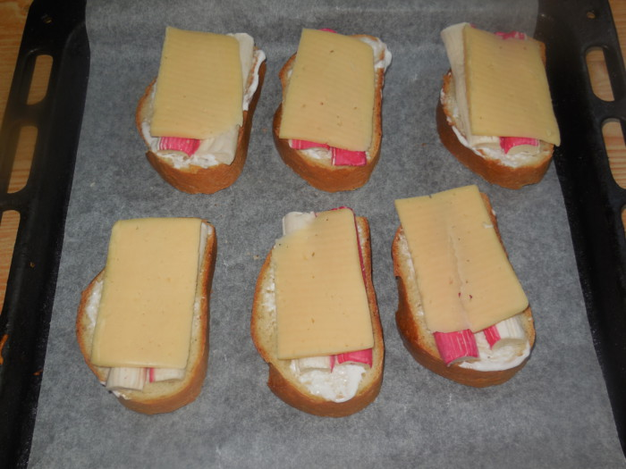 Гарячі бутерброди з крабовими паличками і сиром