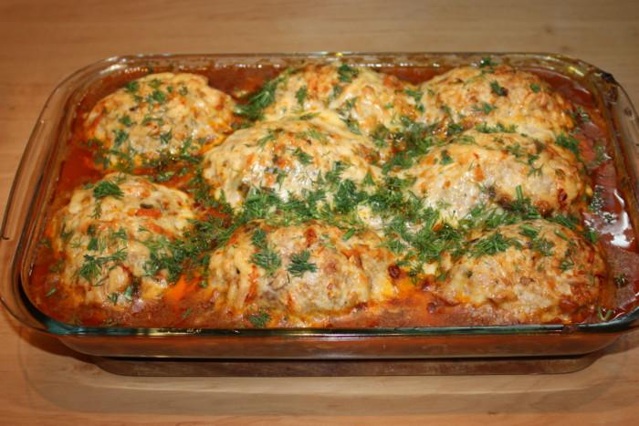 Запечена м'ясний рулет з яйцем в грибному соусі в духовці