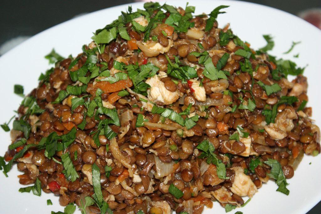 Теплий салат з сочевиці з куркою і овочами
