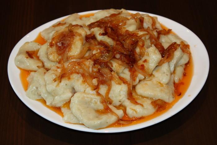 Пісні картопляні ньокі з томатним соусом і цибулею