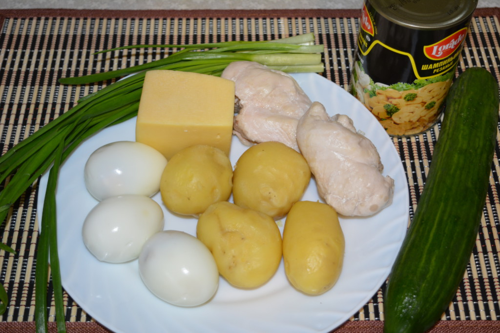 Листковий салат з куркою, грибами і огірком