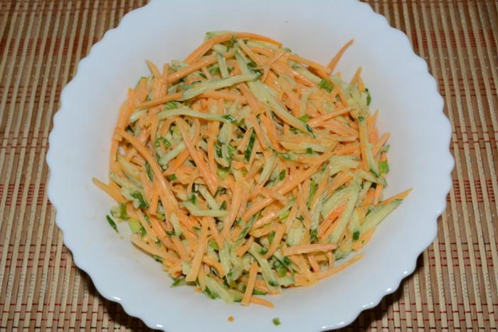 Салат з гарбуза і огірків з соусом з гірчиці і майонезу