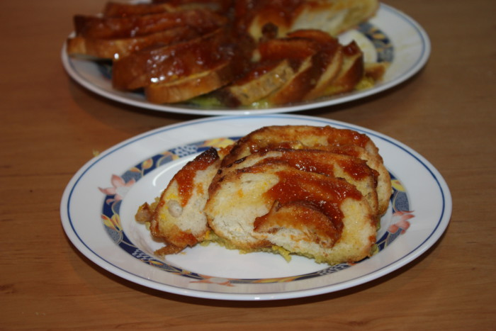 Смачні грінки в духовці - з яйцем, молоком і абрикосовим джемом