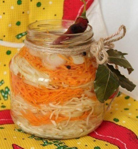 Як солити капусту в розсолі в банці